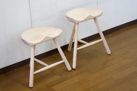 シューメーカーチェアは座面を削ったすわり心地のよいスツールです。
